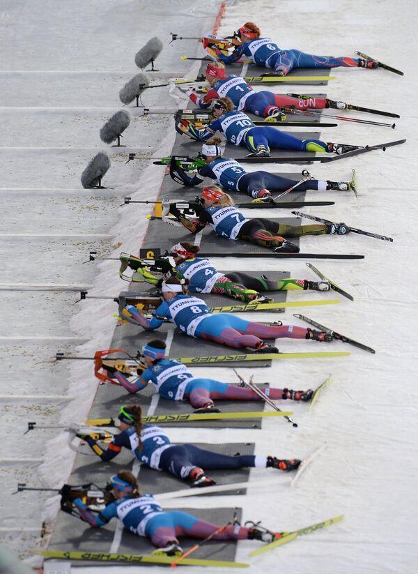 Биатлонистки на огневом рубеже смешанной женской эстафеты во время международных соревнований по биатлону и лыжным гонкам приз губернатора Тюменской области