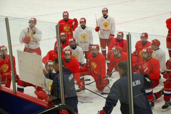 Хоккеисты юниорской сборной России (до 17 лет) на тренировке