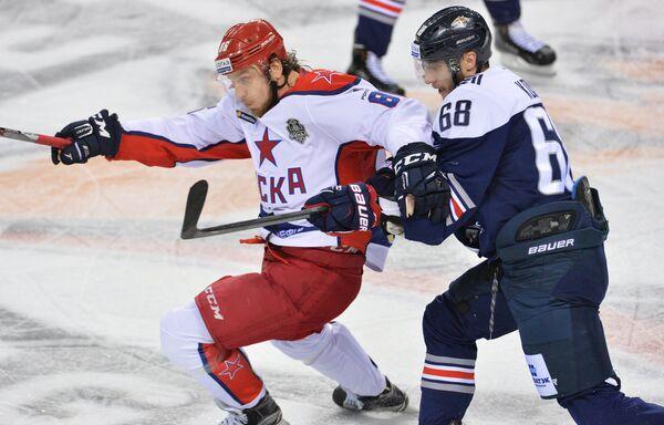 Форвард ЦСКА Игорь Макаров (слева) и форвард Металлурга Ярослав Косов