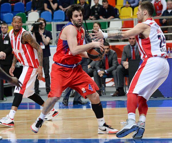 Милош Теодосич (в центре)