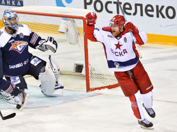 Форвар ЦСКА Михаил Юньков (справа)