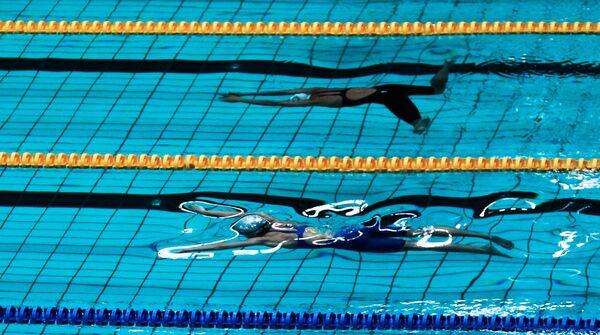 Спортсменки на старте дистанции 100 метров брассом