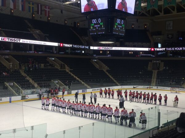Хоккеисты юниорских сборных Швейцарии и Канады после четвертьфинального матча ЧМ