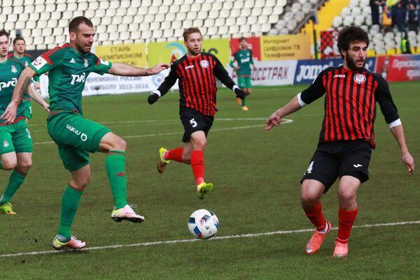 Игроки Амкара Георгий Джикия, Януш Голь и нападающий Локомотива Петар Шкулетич (справа налево)