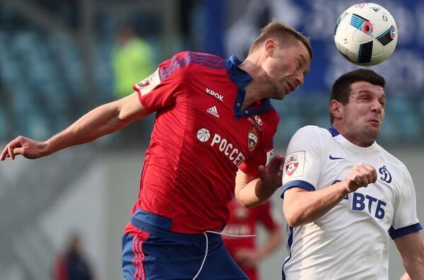 Защитник ЦСКА Алексей Березуцкий (слева) и нападающий Динамо Фатос Бечирай