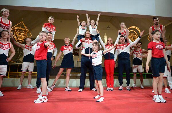 Главный тренер сборной России по волейболу Владимир Алекно (в центре)