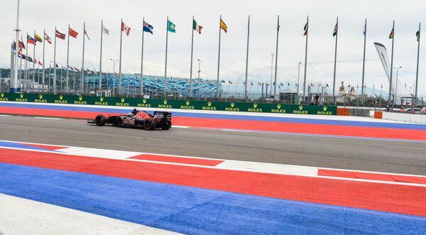 Гонщик во время этапа Гран-при Формула-1 в Сочи