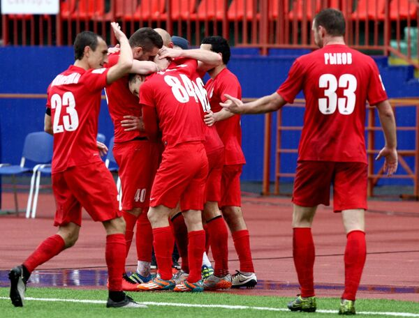 Футболисты Мордовии радуются забитому мячу
