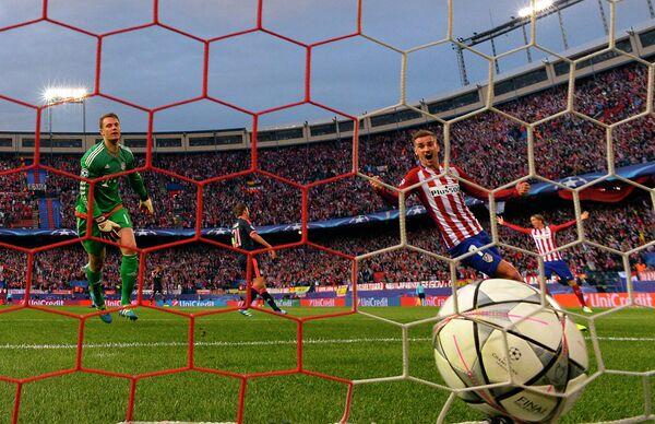 Игровой момент первого матча 1/2 финала Лиги чемпионов Атлетико - Бавария