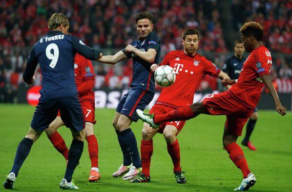 Игровой момент ответного матча полуфинала Лиги чемпионов Бавария - Атлетико