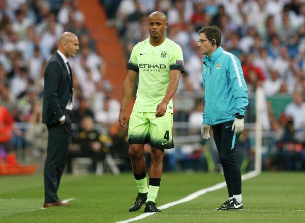 Защитник Манчестер Сити Венсан Компани (в центре), покинувший поле из-за травмы