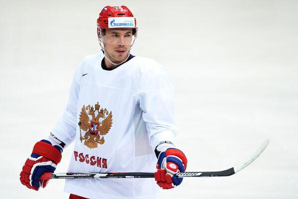 Защитник сборной России по хоккею Алексей Емелин