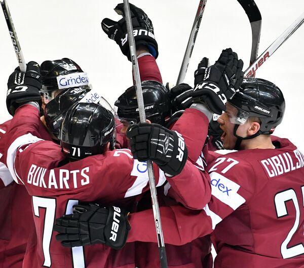 Игроки сборной Латвии радуются заброшенной шайбе