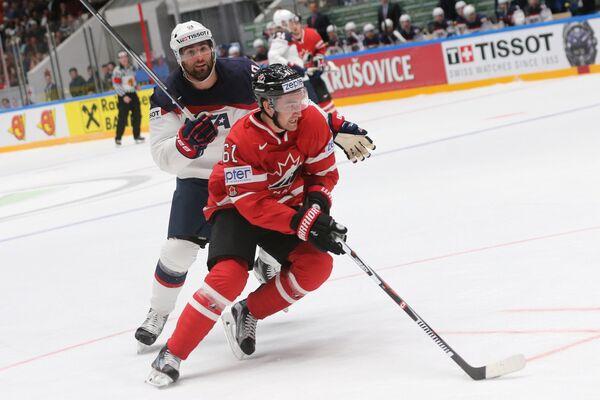 Форвард сборной Канады Марк Стоун (справа) и нападающий сборной США Патрик Марун