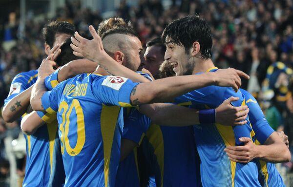 Футболисты Ростова радуются забитому голу