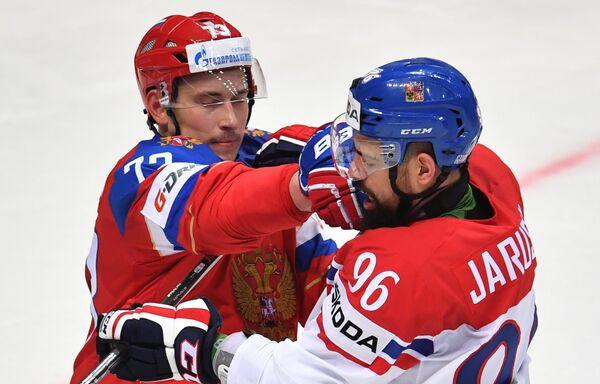 Защитник сборной России Максим Чудинов (слева) и форвард сборной Чехии Рихард Ярушек