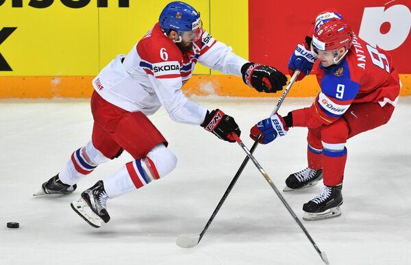 Защитник сборной Чехии Михал Кемпны (слева) и защитник сборной России Виктор Антипин
