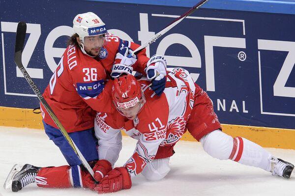 Форвард сборной Норвегии Матс Цуккарелло (слева) и защитник сборной Дании Еспер Енсен