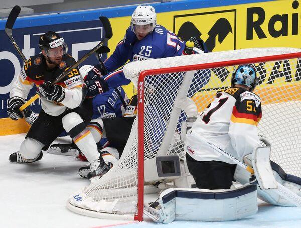 Игровой момент в матче группового этапа чемпионата мира по хоккею между сборными командами Франции и Германии