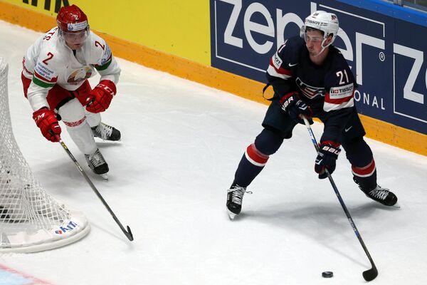 Защитник сборной Белоруссии Кирилл Готовец (слева) и форвард сборной США Дилан Ларкин