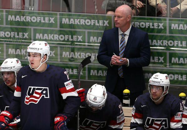 Главный тренер сборной США Джон Хайнс (справа на втором плане)