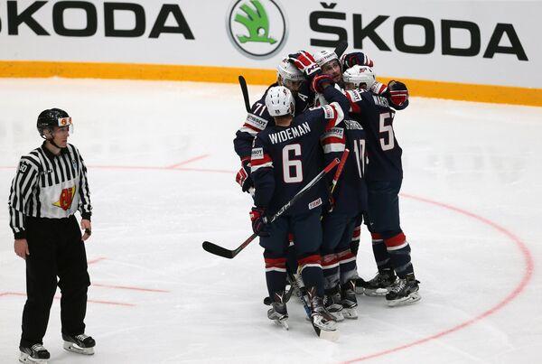 Хоккеисты сборной США радуются заброшенной шайбе