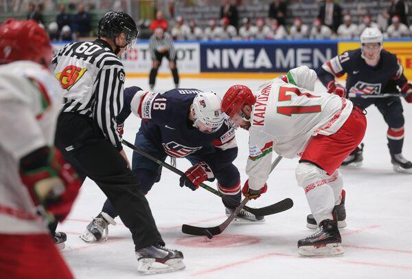 Форвард сборной США Кайл Коннор (третий слева) и нападающий сборной Белоруссии Алексей Калюжный