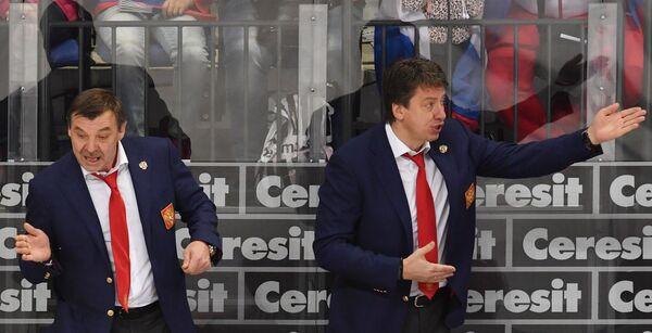 Главный тренер сборной России Олег Знарок (слева) и тренер сборной Харийс Витолиньш
