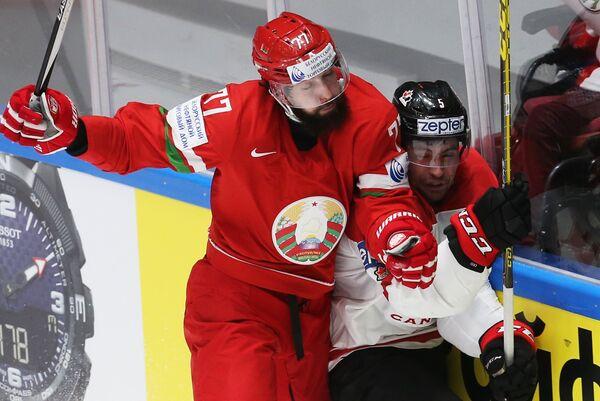 Нападающий сборной Белоруссии Александр Китаров (слева) и защитник сборной Канады Коди Сеси