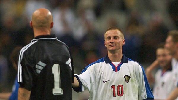 Вратарь сборной Франции Фабьен Бартез и нападающий сборной России Александр Панов (слева направо) после матча на Евро-2000