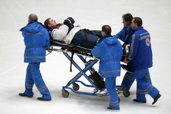 Медики увозят травмированного защитника сборной Словакии Михала Серсена (в центре)