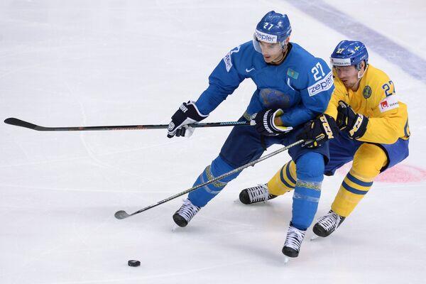 Нападающий сборной Казахстана Брэндон Боченски и форвард сборной Швеции Мартин Лундберг (справа)