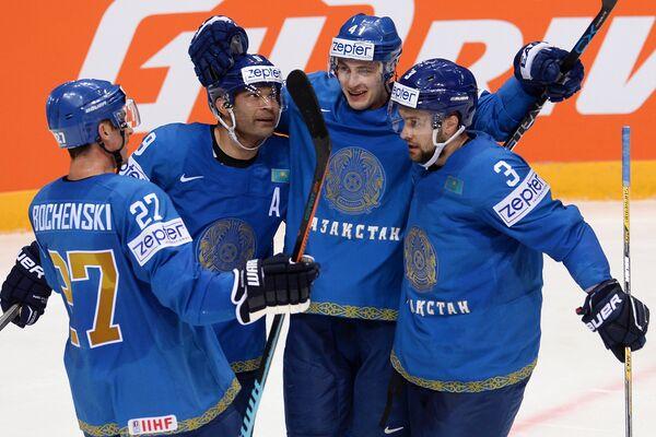 Хоккеисты сборной Казахстана радуются заброшенной шайбе