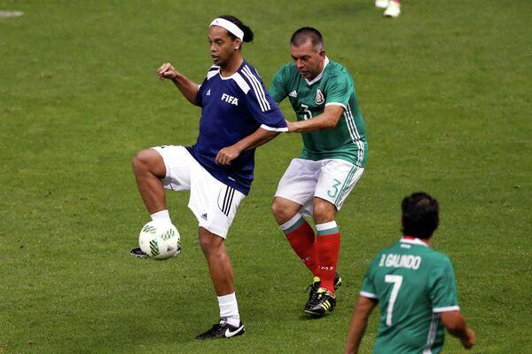 Форвард сборной звезд ФИФА Роналдиньо (слева) и защитник сборной звезд Мексики Хуан де Диос Рамирес