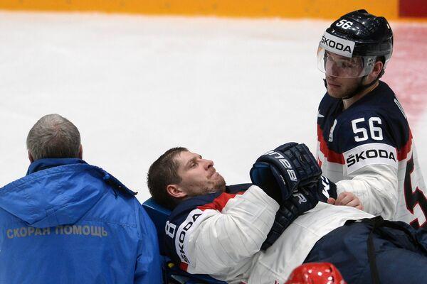 Медики увозят травмированного игрока сборной Словакии Михала Серсена (в центре)