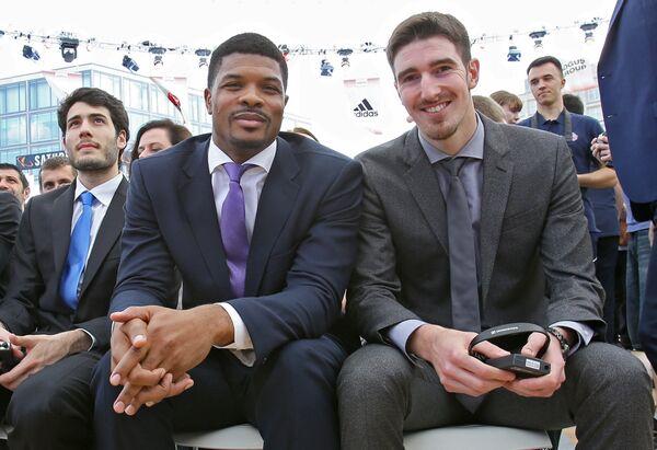 Баскетболисты ЦСКА Нандо Де Коло и Кайл Хайнс (справо налево)