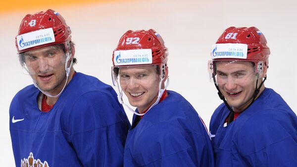 Хоккеисты сборной России Александр Овечкин, Евгений Кузнецов и Дмитрий Орлов (слева направо) во время тренировки
