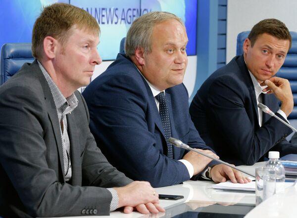 Александр Зубков, заместитель министра спорта РФ Юрий Нагорных, олимпийский чемпион 2014 года по лыжным гонкам Александр Легков (слева направо)