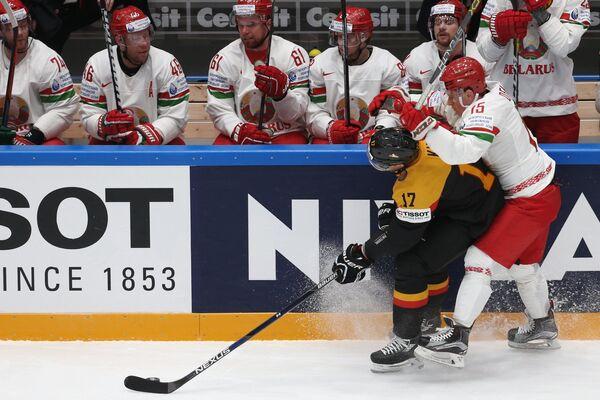 Форварды сборной Германии Маркус Кинк и сборной Белоруссии Артём Демков (слева направо на первом плане)