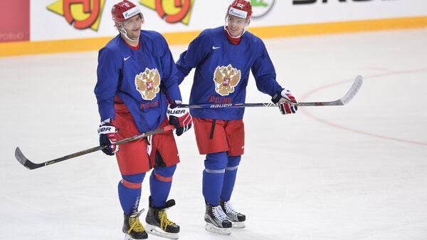 Форварды сборной России по хоккею Александр Овечкин (слева) и Евгений Кузнецов
