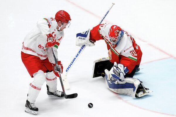 Нападающий сборной Белоруссии Джефф Плэтт и вратарь сборной Венгрии Миклош Райна (слева направо)