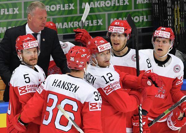 Главный тренер сборной Дании Янне Карлссон (слева на дальнем плане)