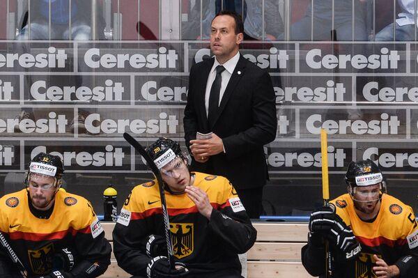 Главный тренер сборной Германии Марко Штурм (на втором плане)