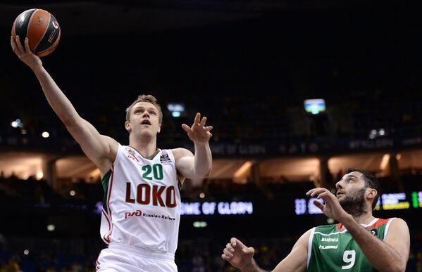 Форвард БК Локомотив-Кубань Андрей Зубков (слева) и центровой БК Лабораль Кутча Яннис Бурусис