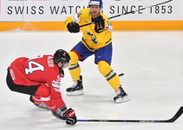 Форвард сборной Швейцарии Самуэль Вальзер (слева) и форвард сборной Швеции Густав Нюквист