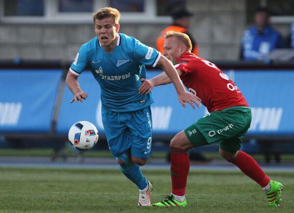 Нападающий Зенита Александр Кокорин (слева) и защитник Локомотива Ренат Янбаев