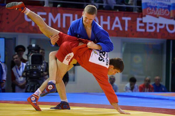 Руслан Багдасарян (Россия) (сверху) и Дмитрий Евдошенко (Украина)