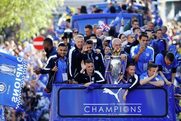 Футболисты Лестера и главный тренер команды Клаудио Раньери (в центре) во время празднования победы в чемпионате Англии