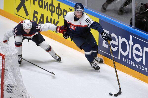 Нападающие сборной США Тайлер Мотт (слева) и сборной Словакии Марек Бартанус