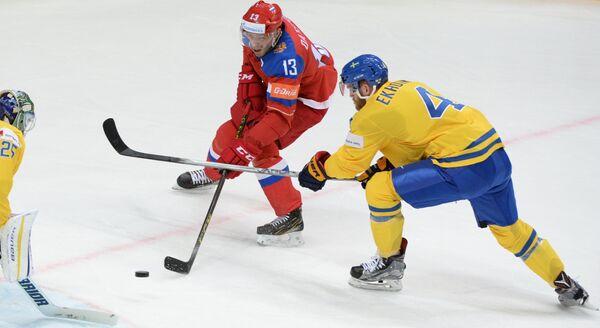 Форврад сборной России Павел Дацюк (слева) и защитник сборной Швеции Маттиас Экхольм